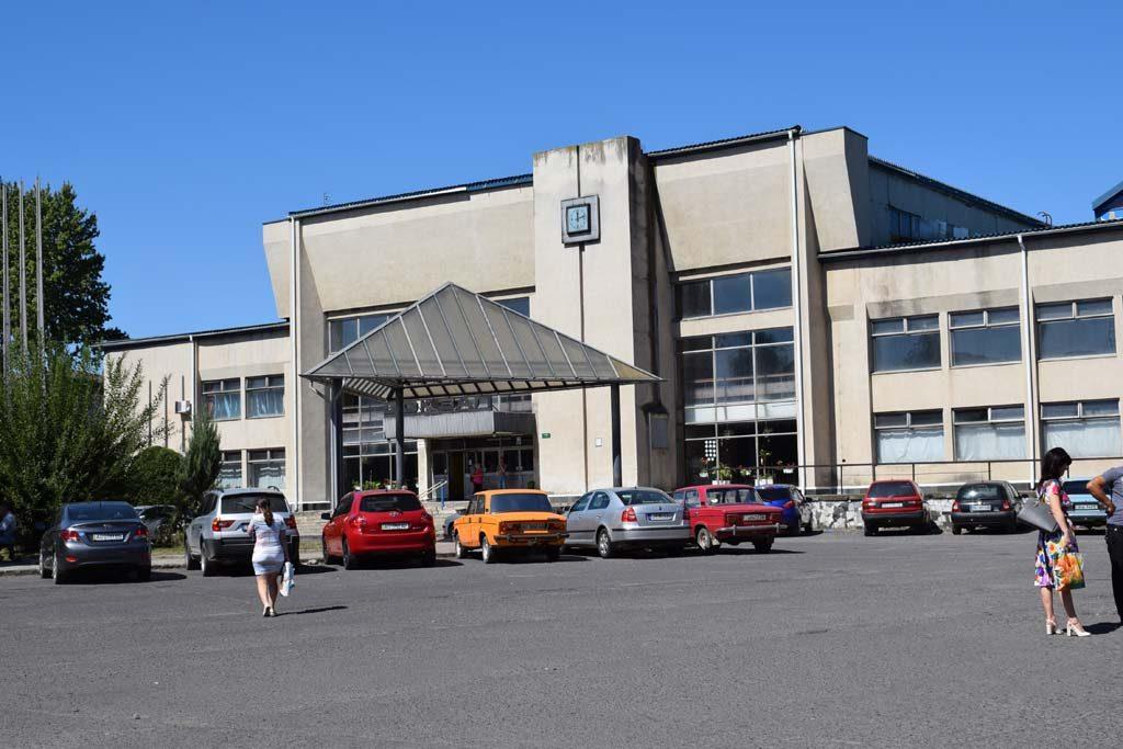 A távolsági állomás épülete. Előtérben a parkoló, ahonnan a buszok is indulnak, és ahol a taxikat érdemes vadászni.