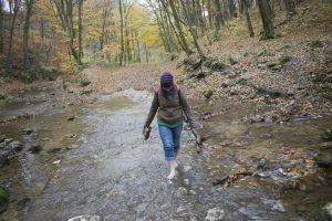 Átkelés a patakon a Cuha-szurdokban