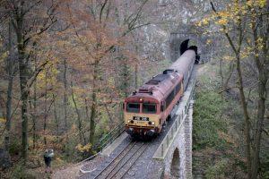 Vonat suhan át a völgyhídon.